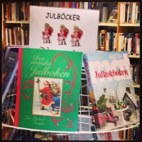 Nu har vi plockat fram julböcker för både stora och små. Kom in och låna!