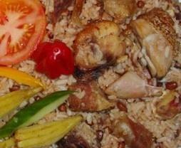 Moksi alesi is eigenlijk een soort Surinaamse soort van nasi. Het is ontstaan in de tijd van de slavernij, de slaven bereidden deze schotel van de kliekjes die er over waren, zoals kip, vlees en groenten. Er is eigenlijk geen vast recept voor moksi alesie, je kunt zelf bepalen wat er in gaat. Dit is een basisrecept, maar je kunt er ook garnalen of andere groenten doorheen doen.