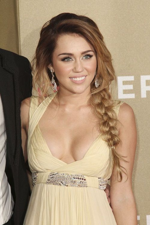 Miley Cyrus avec un side hair tressé