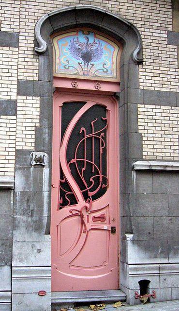 Une porte d'entrée rose style Art Nouveau.