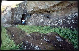 Las estatuas de la Isla de Pascua, llamada los moais, estaban hecho de el Rapa Nui cuando llegaron a las islas.  -V.L
