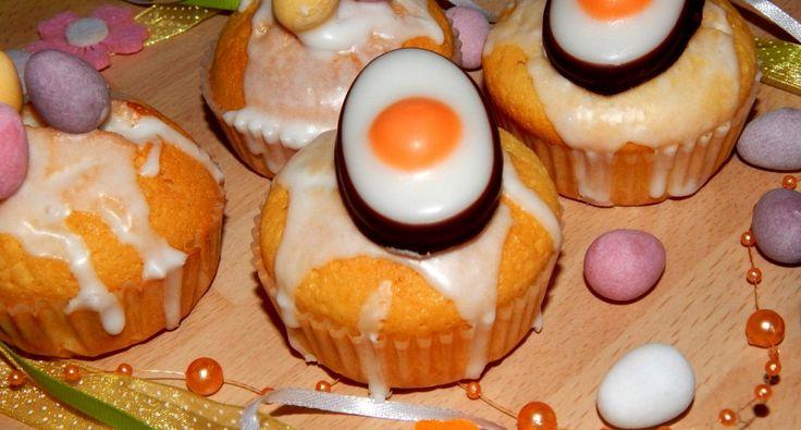 Tojáslikőrös muffin recept: Bevallom a tojáslikőr nem a kedvencem, de ünnepekkor valahogy mindig sikerül kapni 1-2 üveggel. És mivel nincs, aki megigya, ezért tojáslikőrös muffin készül belőle, így elfogy, mert nagyon finom. Ráadásul kis díszítés, és tökéletes, gyors sütemény húsvétra. Ebből a receptből 12 db muffin lesz, de ha kisebb a muffin kapszlink, akkor 15 db.
