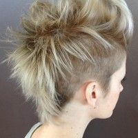rövid női mohikán frizura