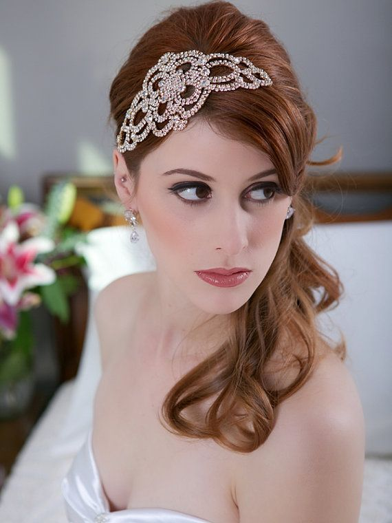 This headpiece is a stunning accessory to your ensemble consisting of a lovely art deco pattern with delicate crystals sparkling throughout.