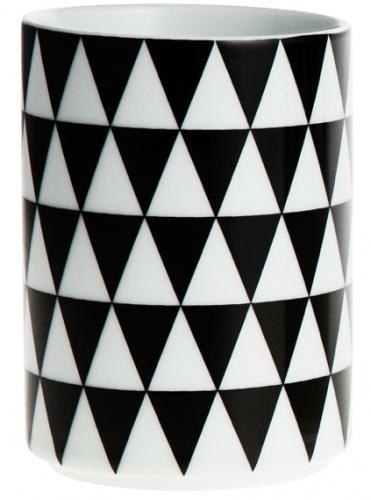 Geometry koppene Ferm Living er laget av 100% porselen. Kan brukes til tannglass eller penneholder.  Størrelse: 7 x 10 cm. Hviit.no