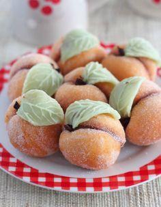 Ces petits biscuits sont un souvenir d'enfance, j'observais souvent ma mère les préparer et je m'amusais a les rouler dans du sucre po...