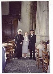 Groepsportret Mevrouw A. van Dort-van Deurzen van de Heemkundige Kring Breda met een in klederdracht gehuld paar. 1984 #NoordBrabant #Breda