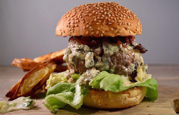 De perfecte hamburger met blauwe kaas