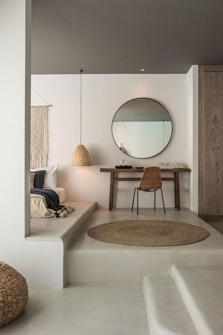 Ideia interiores mas tudo em branco e porta em madeira.
