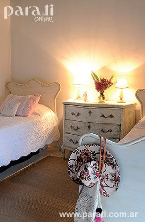 En+el+dormitorio+de+las+niñas,+dos+camas+de+hierro+antiguas+se+relacionan+mediante+una+cómoda+francesa+(El+Rescate)+que+hace+de+mesa+de+luz.+Los+acolchados+y+los+almohadones+se+trajeron+de+Estados+Unidos.+Pequeños+detalles+shabby-chic+contribuyen+a+crear+una+escena+netamente+romántica.