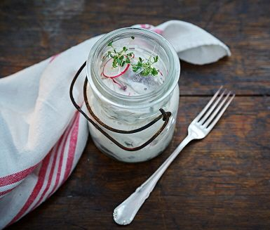 En delikat inlagd sill med nordiska smaker – rädisa, pepparrot och krasse. Krämigheten kommer av crème fraiche smaksatt med majonnäs, salt och nymalen svartpeppar.
