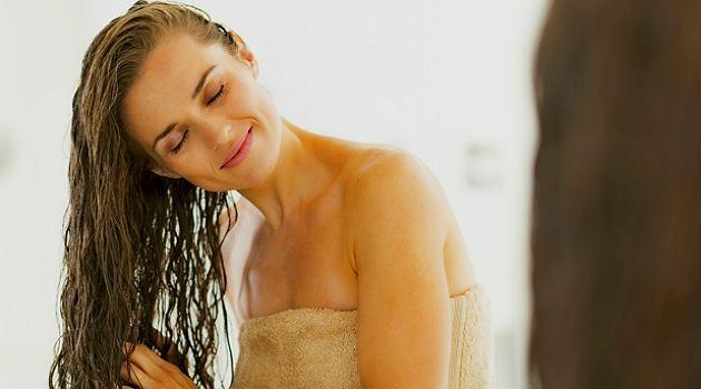 """Passar Bepantol no cabelo é uma das maiores """"febres"""" da internet quando o assunto é cuidar dos fios. A promessa é fazer o cabelo crescer mais rápido, além de dar brilho, hidratar e deixar as madeixas mais fortes. Segundo o dermatologista Alberto Cordeiro, o produto realmente funciona para alguns desses fins. Mas,"""