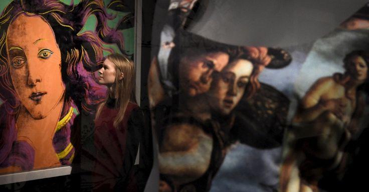 "Mulher junto a pintura ""Detalhes de pinturas renascentistas (Sandro Botticelli, nascimento de Venus, 1482)"", de Andy Warhol e ao lado de vestido Dolce"