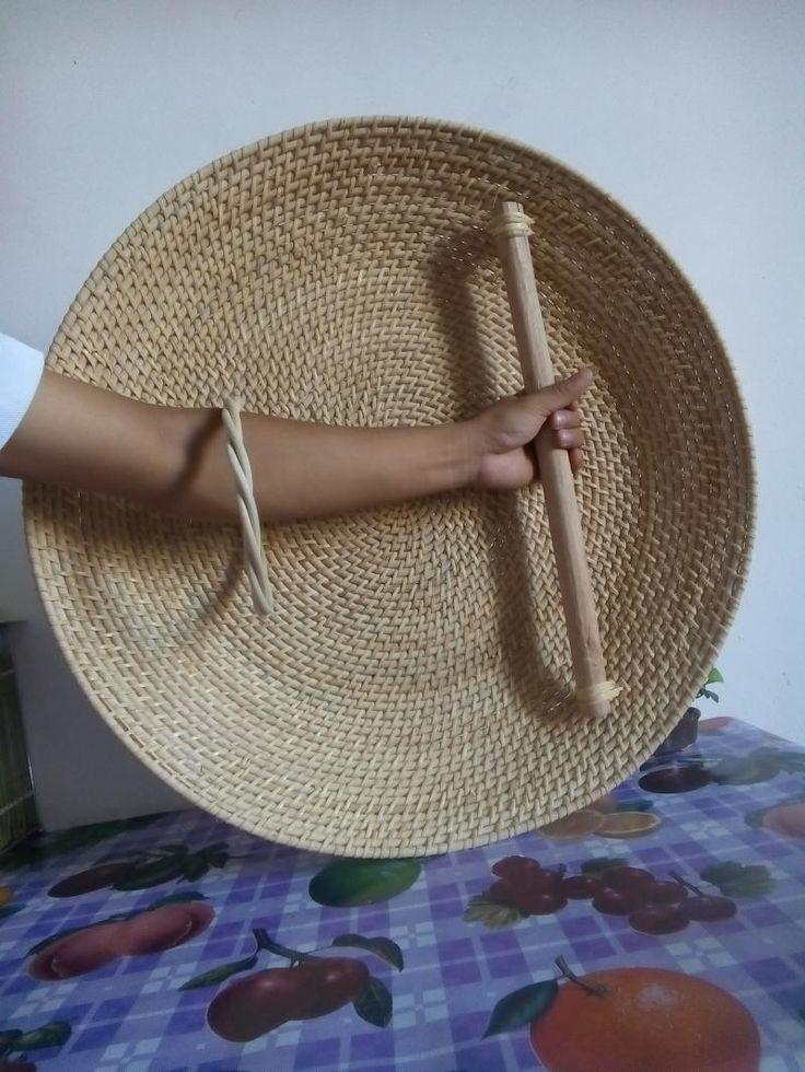 Holding a Chinese ratan cane shield the Tengpai.