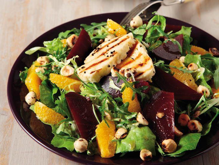 Πράσινη σαλάτα με χαλούμι, παντζάρια και πορτοκάλι