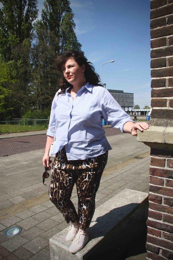 lichtblauwe blouse Adia, panterprint broek met bies Zoey, grote maten, wondervol, roze sneaker