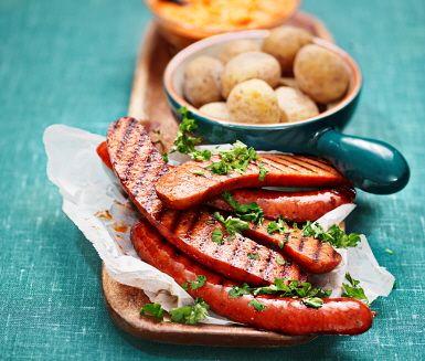 Glutenfri variant på den spanska klassikern mojo rojo, en vitlökskryddig sås med paprika och tomat, här serverad med Papas arrugas, skrynkliga saltkokta potatisar. Mojo rojo är perfekt tillbehör till så väl grönsaksstavarna som grillat kött eller varför inte som tapas.