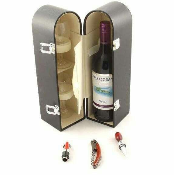 Un minunat cadou pentru barbati, o cutie pentru sticla de vin, cu accesorii. Aceasta cutie pentru sticla de vin include doua pahare de vin si accesorii pentru desfacerea sticlei de vin: un briceag cu tirbuson, un picurator si un dop metalic. #Juliana #cadou #barbati #vin #wine