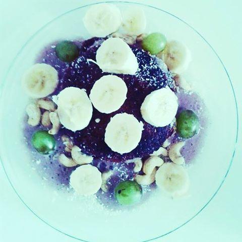 Moje nej snídaně do postele...zdrave lívance ala vlocky,  banán,  sojove mliko, agáve,  kypřící prášek plus kešu,  banánova zmrzlina s acai a hrozny...dokonalost :-* #tastyfood #veganpower #govegan #healtylifestyle #healtyfood#breakfast #banana #blueberries #bredstyle#loveit #ilovemyLife #behappy #beinspired #inkedgirl #tattoogirl#mood #Photomoment #coldday #chill #relax #blondgirl #elephant  Yummery - best recipes. Follow Us! #tastyfood