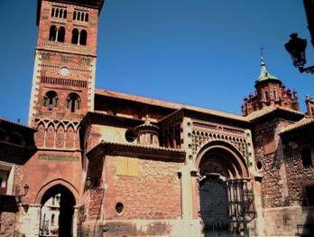 LA CATEDRAL DE SANTA MARÍA DE TERUEL Esta catedral es uno de los pocos ejemplos de catedrales mudéjares en España. La torre, la techumbre y el cimborrio son lo más característico e importante de la catedral. Comenzó a edificarse en estilo románico en 1171, pero sucesivamente fue reestructurando por alarifes.