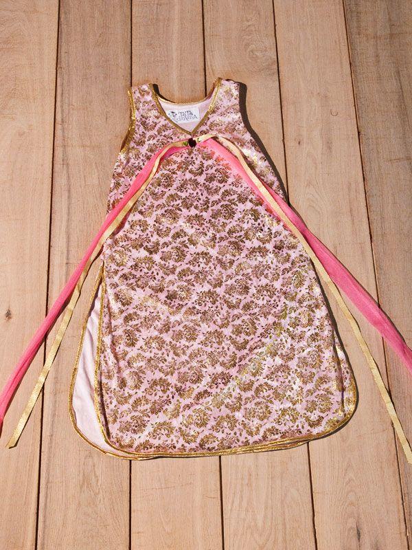 Elegante abito per bambina realizzato a mano, interamente profilato con cuciture in nastro laminato foglia oro, legato con cintura con strass e gioiello