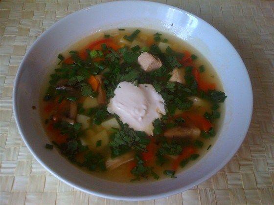 Куриный суп с грибами, красным перцем и кукурузой