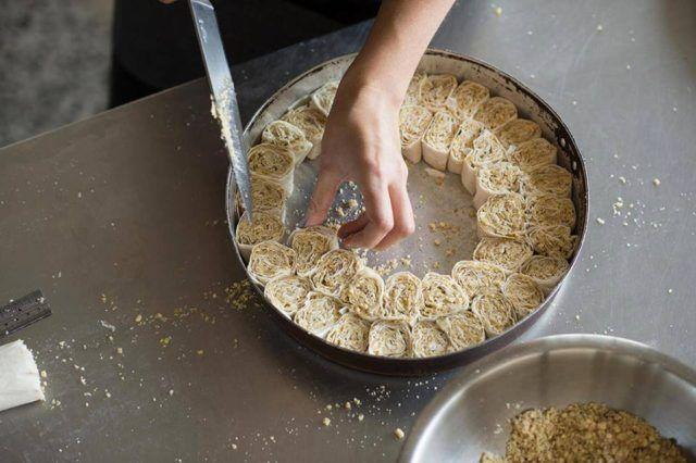 Sastojci 1/2 kg kora za savijače 250 grama mljevenih oraha 250 grama maslaca grožđice po želji Preljev: 400 grama šećera 3 dl vode 1 limun Priprema Rastopite maslac pa prve četiri kore namažite svaku posebno i složite jednu na drugu a četvrtu koru posipajte orasima