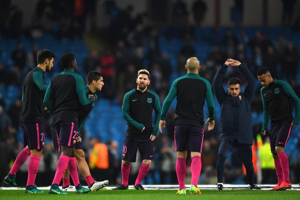 Lionel Messi of BarceLionel Messi of Barcelona(C) warms up with his Barcelona team mates prior to kick off during the UEFA Champions League Group C match between Manchester City FC and FC Barcelona at Etihad Stadium on November 1, 2016 in Manchester, England.