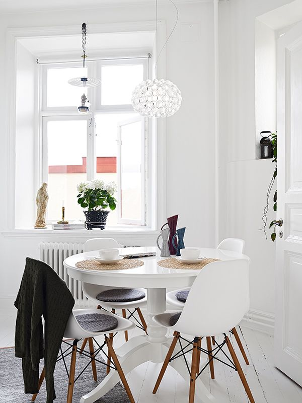 white rooms, breakfast table with eames chairs