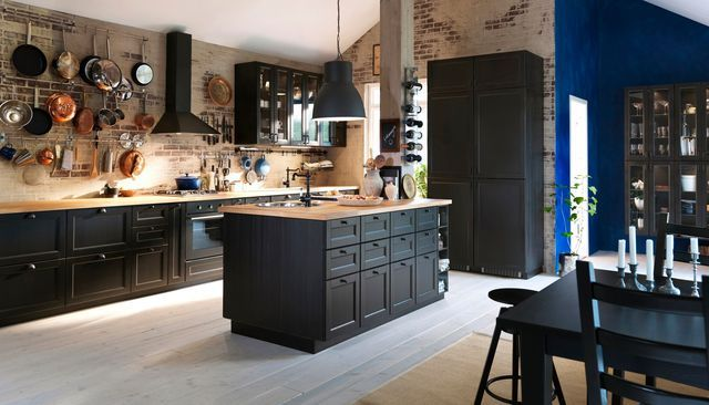 Une cuisine de campagne noire.