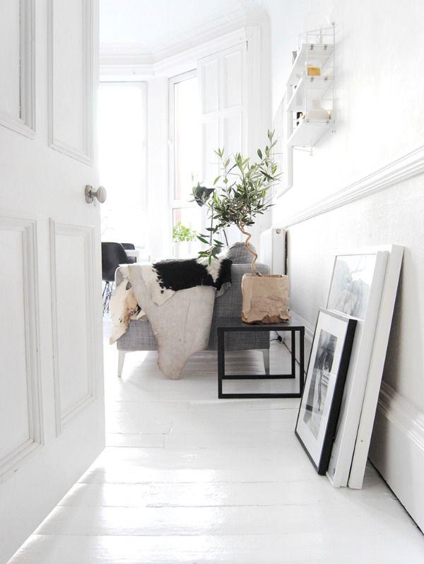 Een witte vloer is een rustige basis voor de rest van je interieur, de kamer lijkt lichter en ruimer en een kleurtje springt er echt op uit.