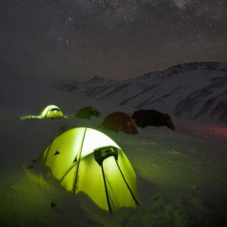 いいね!60件、コメント4件 ― TERRA NOVA EQUIPMENT LTDさん(@terranovaequipment)のInstagramアカウント: 「Night time in South Georgia in Terra Nova tents, photo by Oliver Prince @prince.oli…」