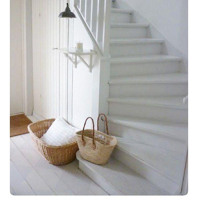 Jag tror att jag ska måla trappan grå. Bild från #pinterest sparad hos madonnaliljan21 #grå #grey #trappa