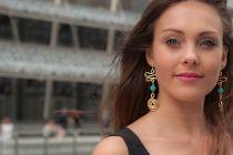 orecchini in doppio elemento d'alluminio dorato lavorato a mano con perla di turchese cesellato