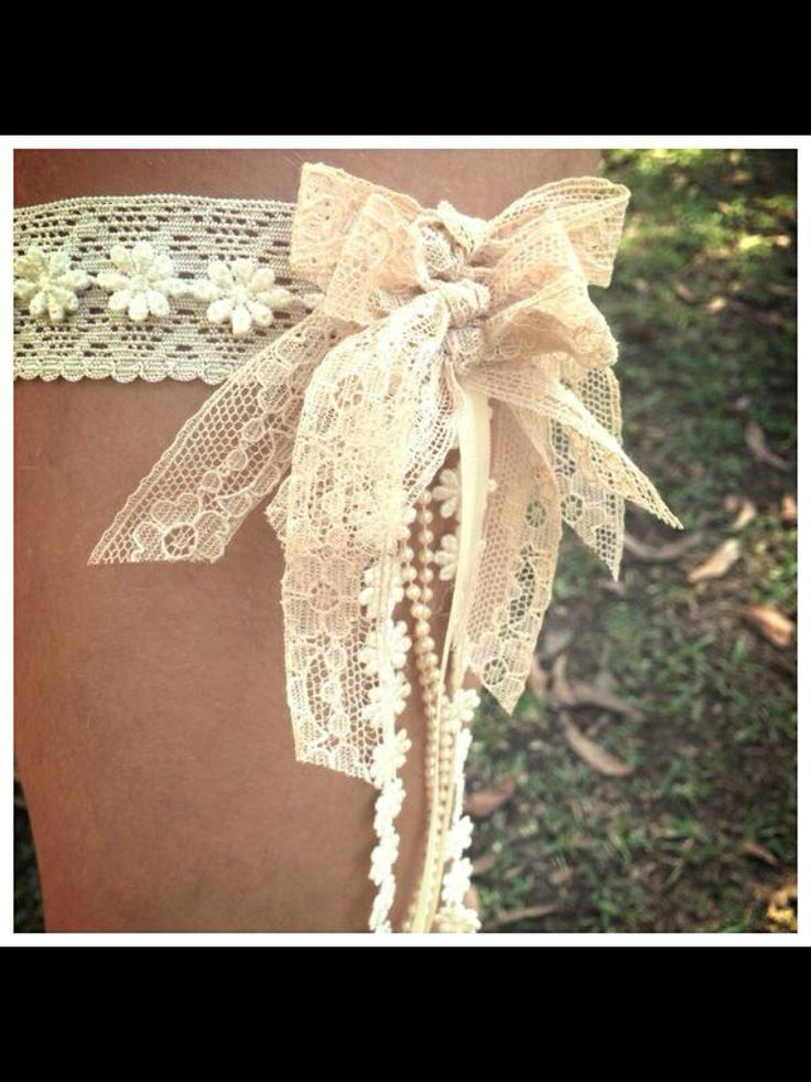 Vintage garters, a unique style to say I do