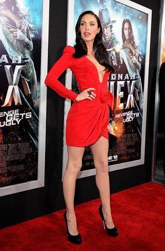 Меган фокс красное платье