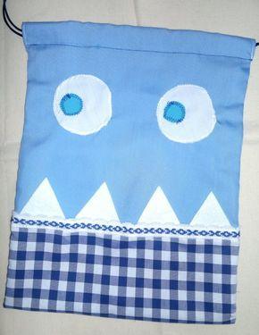 Divertida bolsa de merienda o muda elaborada con tejidos y la técnica patchwork, en forma de simpáticos monstruos. Es muy resistente y práctica, pu
