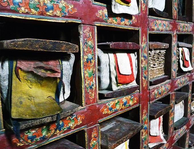 El interior de la biblioteca del monasterio de Thikse, a Thiksey en la India. Los libros de oraciones están protegidos de telas bordadas.