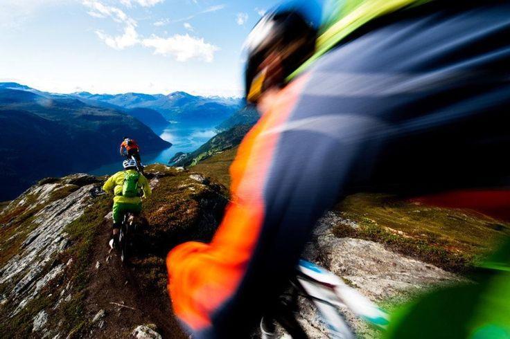 A região de Mefjellet, no alto da cidade de Fjora, tornou-se um dos principais pontos para a prática do mountain bike na região de Sunnmøre. Há uma velha trilha de caminhada por todo o caminho até o topo da montanha, e por ser, na costa oeste da Noruega, a trilha é sempre muito lisa.