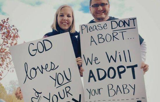 MOT ABORT: Bildet av ekteparet Kevin og Nicole Cook utenfor sin lokale abortklinikk får oppmerksomhet. Det skal ha fått flere kvinner til å velge adopsjon foran abort. FOTO: Kevin Cook, Facebook.