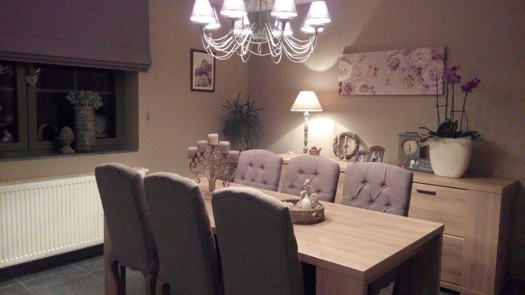 Landelijk interieur - eetplaats met stoffen stoelen