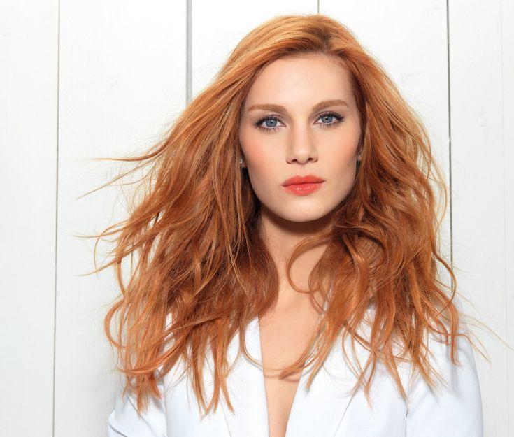 Un rajout de cheveux, c'est bien beau, mais c'est quoi exactement ? Pour faire simple, votre coiffeur va fixer des mèches à vos cheveux pour les densifier et leur ajouter de la longueur...