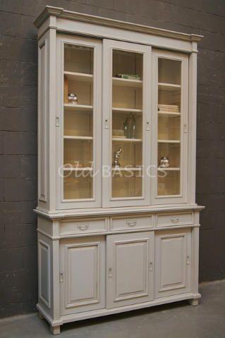 Vitrinekast 10171 - Stijlvolle zachtgrijze vitrinekast met schuifdeuren in boven- en onderkast. De ondiepe kast heeft fraaie details, zoals de bijzonder vormgegeven koof en sierlijke panelen. MAATWERKDit meubel is handgemaakt en -geschilderd. De kast kan in vrijwel elke gewenste maat, indeling en RAL-kleur worden nabesteld. Benieuwd naar de mogelijkheden? Kom eens langs, of neem contact met ons op. Wij maken vrijblijvend een offerte voor het meubel van uw voorkeur!