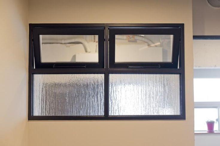 スチールサッシの室内窓で部屋越しに明かり取り 目線を遮りたい部分は型板ガラスで 室内窓 室内ドア 家 壁紙