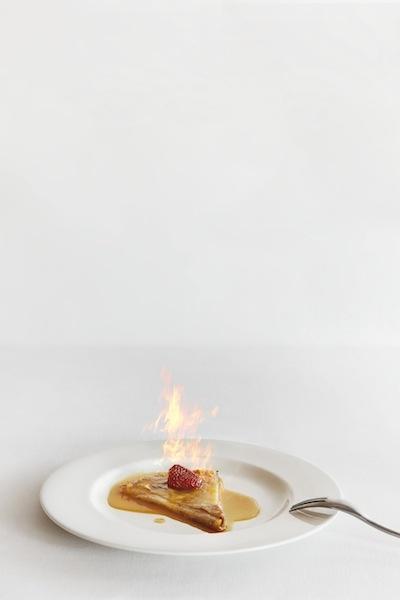 Crêpe Suzette amb Grand Marnier, vainilla i maduixa confitada. Servida ben calentona...Restaurant Els Tinars. www.elstinars.com