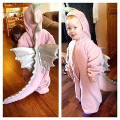Små barn er som regel veldig glad i å kle seg ut, og det gjelder ikke bare til Halloween. Kostyme av, kostyme på, og lage skuespill... det er jo bare så gøy!