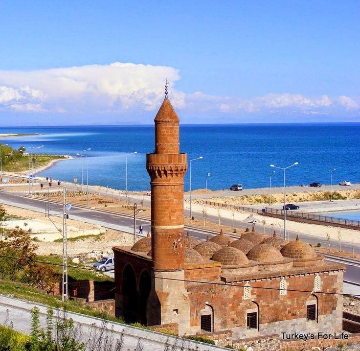 Ulu cami/Van/// İşte Ulu Cami, Van Gölü çevresinde hakimiyet kuran Ahlatşahlar'dan I. Sökmen (1100-1112) veya II. Sökmen (1128-1185) zamanında yapılmış olduğu kabul edilmektedir.