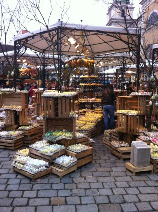 Freyung Plaza is where the locals do their Christmas shopping; these markets offer a more authentic experience than the ones at the Rathaus.