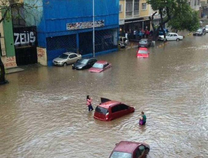 Torrenciales lluvias provocaron inundaciones en varios sectores de Caracas (+fotos)