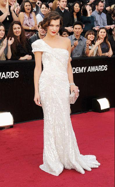 Milla Jovovich, que asistía por primera vez a los Oscar. Con un vestido asimétrico en blanco perla con lentejuelas de Elie Saab, joyas de Jacob & Co. y clutch de Edie Parker acompañado de unos rojísimos labios y un peinado perfecto dejó atónitos a todos los presentes.